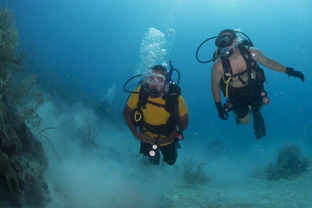 Potápěči v moři